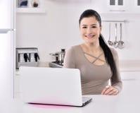 Bedrijfs vrouw die thuis werkt Royalty-vrije Stock Foto's