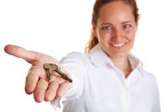 Bedrijfs vrouw die twee sleutels aanbiedt Stock Foto
