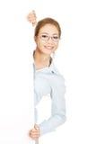 Bedrijfs vrouw die uw product voorstelt Stock Foto