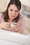 Bedrijfs vrouw die van koffie geniet op modern kantoor Stock Afbeeldingen