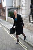 Bedrijfs vrouw die weg kruist Royalty-vrije Stock Foto's
