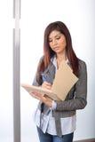 Bedrijfs vrouw die wettelijke documenten houdt Royalty-vrije Stock Foto's
