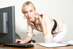 Bedrijfs Vrouw in een Bureau Royalty-vrije Stock Afbeelding