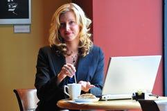 Bedrijfs vrouw in een koffie Stock Afbeeldingen