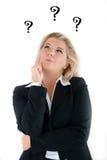 Bedrijfs vrouw in een kostuum dat vragen heeft. royalty-vrije stock foto