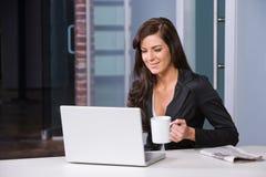 Bedrijfs vrouw in een modern bureau Stock Foto