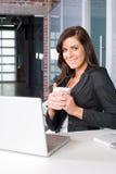 Bedrijfs vrouw in een modern bureau Stock Foto's