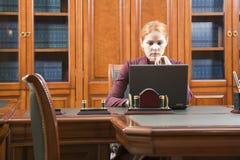 Bedrijfs vrouw in klassieke houten werkende plaats Royalty-vrije Stock Foto's