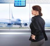 Bedrijfs vrouw in luchthaven ll Royalty-vrije Stock Foto