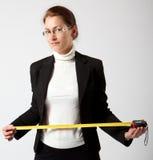 Bedrijfs vrouw met band-maatregel Stock Afbeeldingen