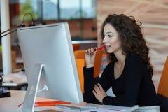 Bedrijfs vrouw met computer Stock Fotografie