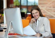 Bedrijfs vrouw met computer Stock Foto's