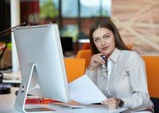Bedrijfs vrouw met computer Stock Foto