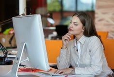 Bedrijfs vrouw met computer Stock Afbeelding