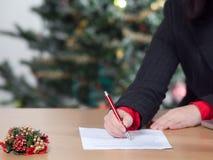 Bedrijfs vrouw met de lijst van de Kerstmiswens Stock Afbeelding