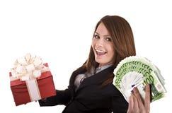 Bedrijfs vrouw met geld en gift, doos. Royalty-vrije Stock Afbeelding