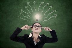 Bedrijfs vrouw met heldere licht en meningskaart stock foto