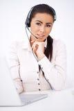 Bedrijfs vrouw met hoofdtelefoonzitting voor laptop Stock Afbeelding