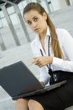 Bedrijfs vrouw met laptop Stock Afbeeldingen