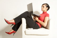 Bedrijfs vrouw met Laptop en telefoon Stock Afbeeldingen