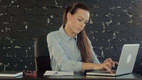 Bedrijfs vrouw met notitieboekje in het bureau stock videobeelden