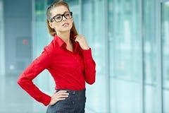 Bedrijfs vrouw in modern binnenland Royalty-vrije Stock Fotografie