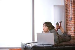 Bedrijfs vrouw in modern bureau Stock Afbeelding