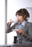 Bedrijfs vrouw in modern bureau Stock Afbeeldingen