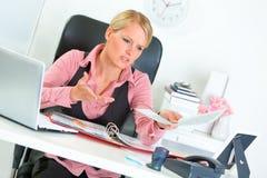 Bedrijfs vrouw ontevreden met resultaten van het werk royalty-vrije stock foto