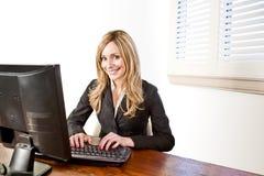 Bedrijfs vrouw op computer die op wit wordt geïsoleerde Stock Afbeeldingen