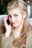 Bedrijfs vrouw op telefoon Stock Fotografie