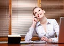 Bedrijfs vrouw op werkende plaats royalty-vrije stock afbeeldingen
