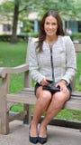Bedrijfs vrouw in park royalty-vrije stock afbeeldingen