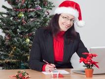 Bedrijfs vrouw terwijl de wintervakantie Stock Foto's