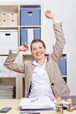 Bedrijfs vrouw in zich bureau het uitrekken Royalty-vrije Stock Fotografie