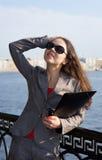 Bedrijfs vrouw in zonnebril Stock Foto's