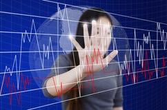 Bedrijfs vrouwelijke duwende grafiek voor het teken van de handelsvoorraad Stock Foto's