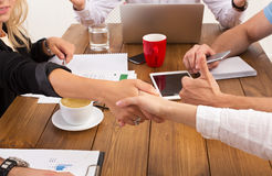 Bedrijfs vrouwelijke handdruk op kantoor, contractconclusie en succesvolle overeenkomst stock fotografie