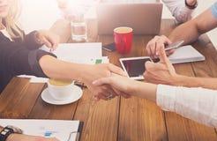 Bedrijfs vrouwelijke handdruk op kantoor, contractconclusie en succesvolle overeenkomst stock foto