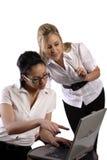 Bedrijfs vrouwen die aan laptop werken Stock Foto's