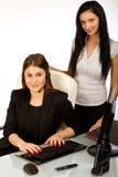 Bedrijfs vrouwen die bij bureau 1 zitten Stock Afbeeldingen