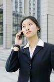Bedrijfs vrouwen die een mobiele telefoon houden Stock Foto's