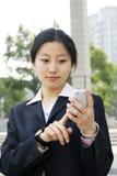 Bedrijfs vrouwen die een mobiele telefoon houden Royalty-vrije Stock Afbeelding
