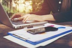 Bedrijfs vrouwen die met laptop werken Sluit omhoog hand royalty-vrije stock afbeelding