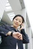 Bedrijfs vrouwen die telefoon houden Stock Foto's