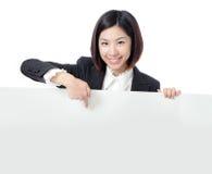 Bedrijfs vrouwen gelukkig tonend leeg aanplakbord Stock Foto