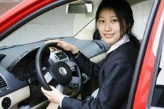 Bedrijfs vrouwen met haar auto Stock Fotografie