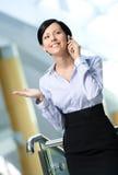 Bedrijfs vrouwenbesprekingen op mobiel Royalty-vrije Stock Afbeelding