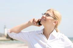 Bedrijfs vrouwenbesprekingen telefonisch Royalty-vrije Stock Afbeelding