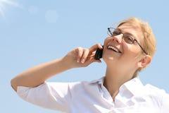 Bedrijfs vrouwenbesprekingen telefonisch Royalty-vrije Stock Fotografie
